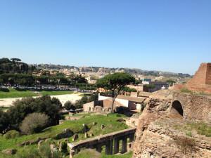 Udsigt fra en bakke - man kan både se dele af Forum Romanum og byen udenfor.