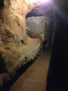 Nede i katakomberne.
